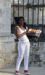 La Habana (heraldeixample) Tags: heraldeixample cuba gent people gente pueblo popular habana havana calle carrer street rue rua noia girl chica fille menina mädchen merch cailín ragazza pige девушка fată 女の子 jente 女孩 κορίτσι dona woman mujer frau femme fenyw bean donna mulher femeie 女人 kadın женщина หญิง boireannach kobieta albertdelahoz habanavieja
