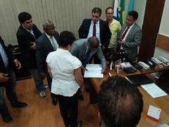 Romário assina o livro de presença na Câmara Municipal de Niterói
