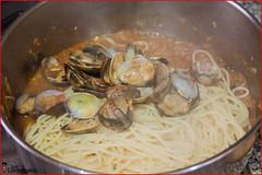 13. Los añadimos a la cazuela con la salsa e incorporamos las almejas (LosComensales.es) Tags: pasta ajo almejas spagueti