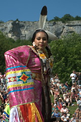 DSC_1510_v1 (Pascal Rey Photographies) Tags: nativeamerican firstnativepeople amerindiens americanindianmovement digikam digikamusers linux ubuntu opensource freesoftware powwow ornans25290 france fra lady woman femme danse regard look