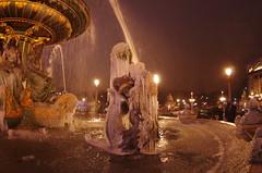 Paris Janvier 2017 - 29 une fontaine gelée Place de la Concorde (paspog) Tags: paris france 2017 janvier january januar nuit nacht night placedelaconcorde fontaine fontainegelée fountain frozenfountain brunnen ies