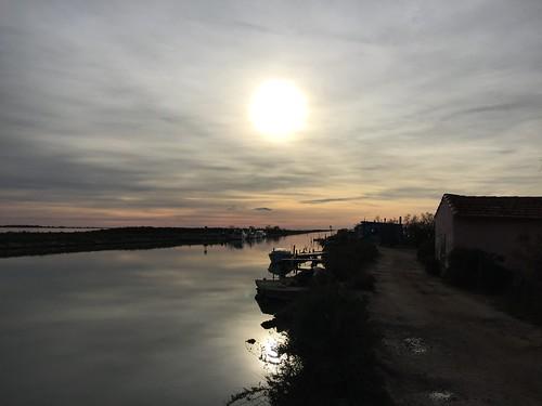 Le soleil se couche sur les cabanes