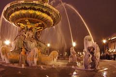 Paris Janvier 2017 - 28 une fontaine gelée Place de la Concorde (paspog) Tags: paris france janvier januar january 2017 placedelaconcorde nuit night nacht fountaine brunnen fountain frozenfountain fontainegelée