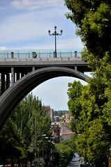 Iluminando el acueducto... (cmateosdeporras) Tags: street building architecture calle farola streetlight arc viaduct brigde nikond5200