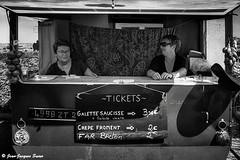 2796 - Guichet Resto, Roscoff, 2015 (ikaune) Tags: nb bw noiretblanc blackandwhite ikaune argentic argentique bretagne breizh galette crêpe far monochrome fête oignons roscoff