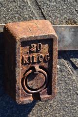 20 kg, Sur le vieux port de Marseille (Jeanne Menj) Tags: marseille vieuxport mesure poids 20kg