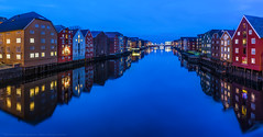 The Colours of Trondheim (hgviola ♫) Tags: trondheim norwegen norway norge wharfhouse nidelva river city colour bluehour blauestunde winter speicherstadt farbig farbe bunt blau rot dämmerung dusk afternoon hgviola hgviolafotografie storehouses