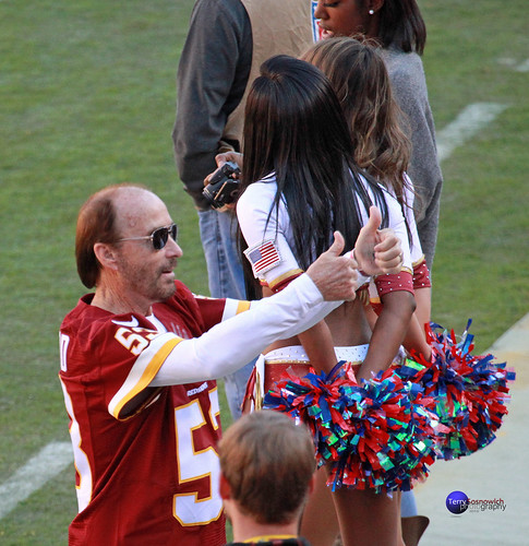 Singer Lee Greenwood gives two thumbs up to fans.