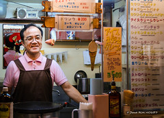 Marchand de glaces (patoche21) Tags: japon portraits voyages yokohama commercants gens hommes humains petitsmétiers restauration sourire streetphotography japan photoderue people smile shopkeeper patrickbouchenard icecream seller vendor vender japenese man human work métier portrait