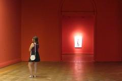 Museu (jakza - Jaque Zattera) Tags: chile museu vermelho mulher pensando minimalismo