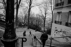 À Montmartre (jonskywalker33) Tags: blackandwhite bw paris blackwhite nikon noiretblanc montmartre nb iso promenade 1855 noirblanc stabilisation sanstrépied d5100