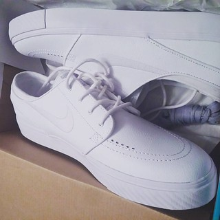 New Leather Nike SBs. Stefan Janoski.  Fucking Hawaii up with the outfits 😎😎😎  Big ups to Zumies in Yorktown for having all the nice gear. #hawaii #nikesbs #stefanjanoski #allwhite #bboy #travel #shoes #fashion