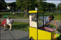 PAR404589 (carrosselarte_2) Tags: bench faces lawn human popcorn processed banc pelouse masculin popcornmaker urbanpark nofaces manallages imagetoosmall captiontooshort
