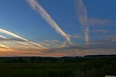 Гаснущее солнце на западе освещает героически уходящие в темноту минувшего дня облака