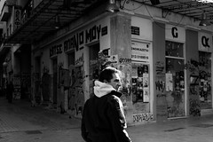 at the corner (Claudia Merighi) Tags: blackandwhite blackandwhitephotography bn bw bianconero monochrome street photography streetphotography fotografiadistrada people monocromatico schwarzweissfotografie fotografiacallejera noiretblanc blackandwhitephotos claudiamerighi pentax k3 ricoh corner