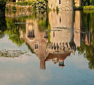 {Scotney Castle Reflection}FCC121