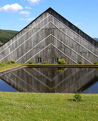 Gomtrie rurale (Alex L'aventurier,) Tags: sky canada reflection green water grass lines clouds barn diamonds canon eau quebec country vert reflet ciel qubec nuages campagne grange charlevoix pelouse lignes herbe diamants