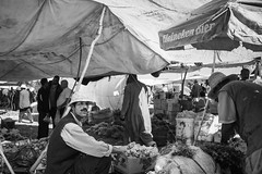 Grape Man (toletoletole (www.levold.de/photosphere)) Tags: street bw market morocco grapes sw vendor marrakesh markt marokko marrakesch weintrauben hndler xt1 fujixt1