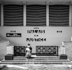 (Jack_from_Paris) Tags: l1005258bw leica m type 240 10770 leicaelmaritm28mmf28asph 11606 dng mode lightroom capture nx2 lr monochrom noiretblanc guadeloupe gwada sun soleil antilles antillais ambiance françaises pointeàpitre palais de justice street femme escaliers stairs