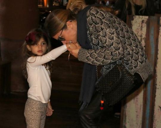 Grazi Massafera consegue, enfim, viajar com a filha para a Disney