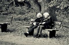 _conversation (SpitMcGee) Tags: ladies germany bench explore aachen nrw conversation sonntag 141 parkbank gespräche vanhalfernpark spitmcgee