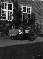 GIM-10_001retusjf (dbagder) Tags: barn denmark danmark hus hatter vinduer arkitektur menn leker jylland dnk sby bygninger klr mennesker kvinner utendrs murbygg drakter gyngehester herregrder kulturhistoriskefotografier
