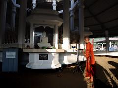 Sweep (MelindaChan ^..^) Tags: srilanka 斯里蘭卡 pray buddhism buddha worship prayer child chanmelmel mel melinda melindachan temple life monk sweep sand