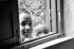 Curiosity&smile in B/W (PacotePacote) Tags: friends bw amigos beauty smile children eyes child retrato nios bn ojos sonrisa mirada curiosity belleza caboverde curiosidad serenidad nenos loveliness simpathy simpata ollada menihos