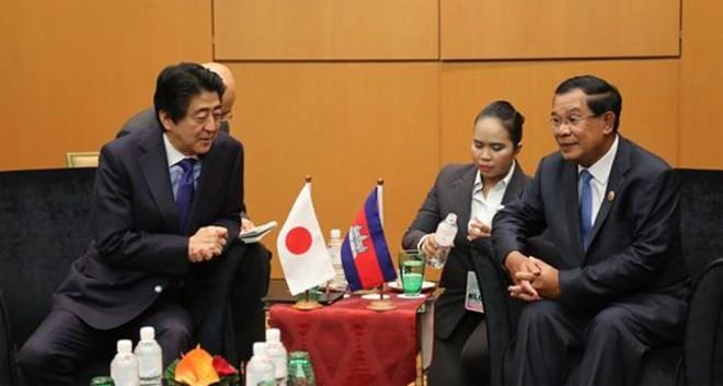 សម្តេចហ៊ុនសែន ជួបនាយករដ្ឋមន្ត្រីជប៉ុន Shinzo Abe នៅក្រៅកិច្ចប្រជុំកំពូលអាស៊ាន នៅប្រទេសម៉ាឡេស៊ី