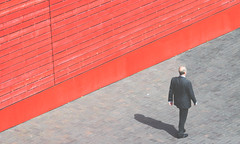 2451 (sul gm) Tags: street shadow red urban man london walking calle rojo sombra suit londres executive hombre suited