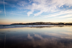 Reflejos (Reflections) (Dibus y Deabus) Tags: gijon asturias españa spain cielo sky nubes clouds playa beach playadesanlorenzo amanecer dawn reflejo reflection canon 6d tamron