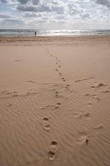 Una..... (albi_tai) Tags: sanpieri scicli sicilia spiaggia beach inverno winter sole sun luce light nuvole clouds acqua water onde waves orme percorso path silhuette controluce mile uich albitai nikon nikond750 d750