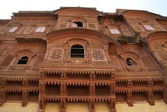 Jodhpur ( Rajasthan )-  Trini e merletti in arenaria rosa...