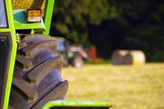 Mein Traktor verliert kein Öl. Er markiert sein Revier. (Knarfs1) Tags: trecker traktor farm wiese ernte heu reifen tire