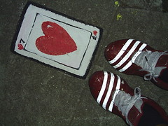 ... j era DI NIGHT (Petite Poupe7) Tags: streetart love feet night foot shoes heart amor style moi coeur amour corao moa myjob jogo memyselfi ilustrao desenho sorte coringa dimenso danslarue ideia lova loveisdivine lamourestdivin danslesrues bobadacorte dinight cartadasorte 7damour
