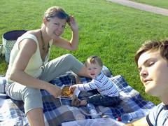 Piknikk i elveparken 3 (holejos) Tags: stine sander jostein piknikk