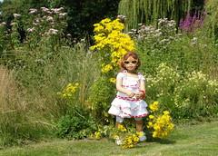 Anne-Moni an der Wildblumenwiese ... (Kindergartenkinder) Tags: dolls schloss annette wasserburg anholt himstedt annemoni kindergartenkinder