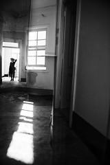 (Antonio Gutiérrez Fotografía) Tags: blanco luz ventana mujer retrato negro soledad bailarina abandono