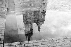 Marienkirche Krakau (dervermummteherr) Tags: krakau krakow polen woiwodschaftkleinpolen wielkamio black white bw sw rain regen mirror spiegel