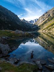 Lac de Gaube (Manolo Moliner) Tags: walking du reflejo pyrénées pirineos massif randonnée cauterets lacdegaube midipyrénées hautespyrénées vignemale pirineocentral massifduvignemale