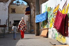 Une femme et sa fille dans les ruelles de la médina d'Azemmour - A woman and her daughter in the streets of the medina of Azemmour. (Olivier Simard Photographie) Tags: africa woman streetart colors girl hat lines wall painting graffiti paint child geometry couleurs tag femme daughter arc wallart streetscene peinture morocco berber bow maroc chapeau wife medina ark mur enfant fille géométrie fresco lignes riad artmural afrique fresque arche berbère médina scènederue prisesurlevif azemmour artdesrues takenfromlife laundrydrying lingequisèche lingependu rempartsfestival laundryhung festivalremparts