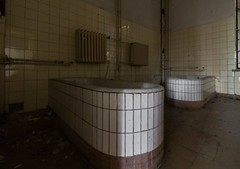 Wet games (michael_hamburg69) Tags: abandoned bath bad urbanexploration tub bathtub badewanne urbex abandonedplace offthemap lostplace