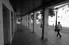 Caminando junto a San Miguel (Cazador de imgenes) Tags: street summer espaa photo spain nikon streetphotography verano streetphoto espagne spanien spagna spanje spania palencia  castillaylen 2015 spange castileandlen d7000 castilleetlen kastilienundlen
