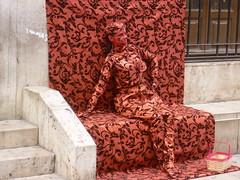 Achter het behang geplakt... (m_artijn) Tags: wallpaper valencia girl spain women camo camouflage busker busking carrer micalet