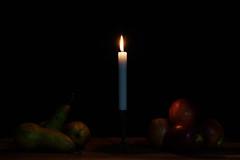 Fruit by candlelight (Lichtbursche) Tags: apfel birne fruitbycandlelight früchte kerze kerzenlicht licht obst obstmitkerzenlicht rot stillleben vier apple candle candlelight drei four fruit green grün light pear red stilllife three