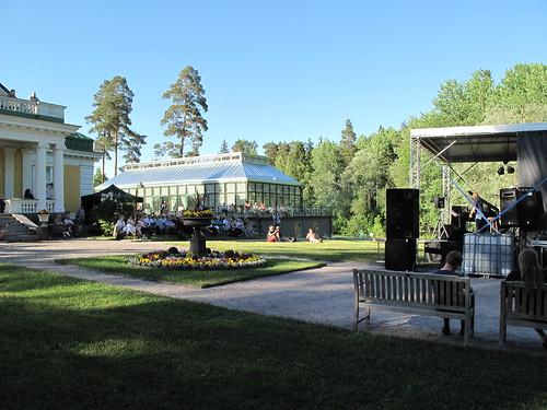 Konsertti Hirvihaaran Kartanon puistossa