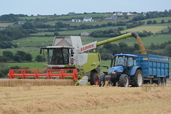 Claas Lexion 670 Montana Combine Harvester unloading Spring Barley to a Thorpe Grain Trailer drawn by a New Holland TM120 Tractor (Shane Casey CK25) Tags: claas lexion 670 montana combine harvester unloading spring barley thorpe grain trailer drawn by new holland tm120 tractor