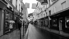 Paris con aguacero #4 (Manuel Gayoso) Tags: lemarais paris francia lluvia paraguas faroles escaparates vidrieras