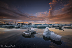 Diamantes en el lago. (Antonio Puche) Tags: antoniopuche paisaje landscape seascape amanecer sunrise iceland islandia ice iceberg nikon jökulsárlónlagoon lago lagoon nikond800 nikon173528