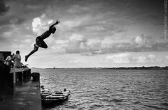 2017.0009 (Adriano Aquino) Tags: blackandwhite photo boy garoto river water sea recife pernambuco jumping pulando jump action sport boat joy alegria banho bath